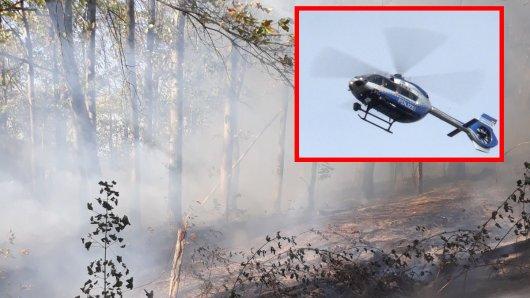 Ein Hubschrauber unterstützt die Feuerwehr bei einem Waldbrand in Bochum.