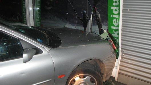 Mit dem Auto seiner Mutter donnerte der 15-Jährige in die Schaufensterscheibe.