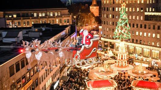 Der fliegende Weihnachtsmann ist eines der Highlights des Bochumer Weihnachtsmarktes.