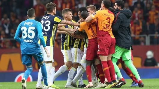 Nach dem Schlusspfiff ging es heiß her bei Galatasaray gegen Fenerbahce.