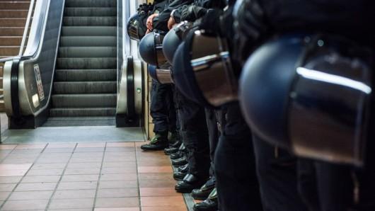 Polizisten hatten in Essen beim Eishockey-Spiel alle Hände voll zu tun.