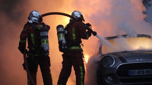 Während der bisherigen Demonstrationen ist es auch zu Bränden gekommen. Hier löschen Feuerwehrleute  bei einem Protest der Gelbwesten in der Nähe der Champs-Elysees ein brennendes Auto.
