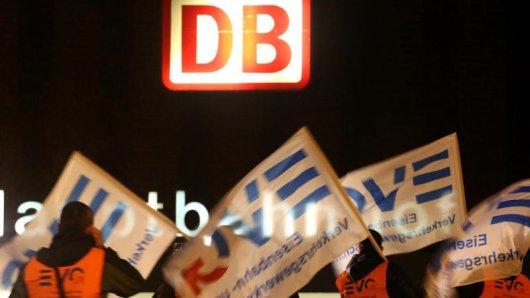 Im Fernverkehr sollen wegen des Streiks alle für Montag gekauften Tickets bis Dienstag gültig bleiben.
