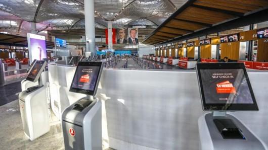Self-Check-in-Schalter am neuen Internationalen Flughafen Istanbul während der Eröffnungsfeier - der Umzug der Airlines soll Ende Dezember stattfinden.