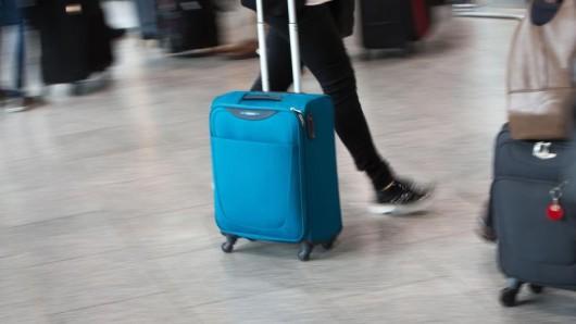 Der kleine Rollkoffer ist ein Standard-Handgepäck - doch nicht mehr bei jeder Airline ist das Stück kostenlos.