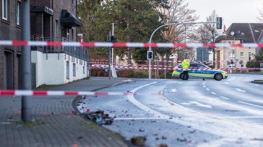 Absperrband der Polizei sperrt einen Teil der Osterfelder Straße ab. Auf dem Boden liegen verbrannte Feuerwerkskörper. Ein Autofahrer hatte in der Silvesternacht seinen Wagen gezielt in eine Fußgängergruppe gesteuert und mindestens vier Menschen zum Teil schwer verletzt.