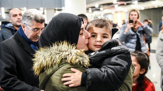 Der Moment, in dem Mama Bedriye ihren Issa nach mehr als zwei Jahren wieder in die Armen nehmen kann.