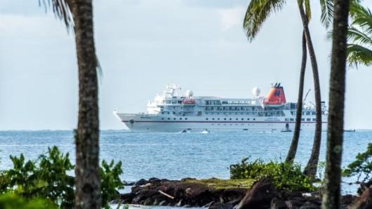 Das Kreuzfahrtschiff Bremen vor Fidschis Hauptinsel Viti Levu:Maximal 155 Gäste finden an Bord Platz.