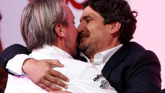 Große Freude:Der aus Argentinien stammende Starkoch Mauro Colagreco (r) und Küchenchef Laurent Petit aus der Alpenregion Savoyen erhielten jeweils drei Sterne.