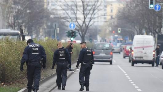 Polizisten suchen am Kottbuser Damm nach Spuren. Bei einer Verkehrskontrolle in Berlin-Neukölln ist am Mittwoch ein Polizist angefahren und verletzt worden. Daraufhin schoss ein Polizist auf das flüchtende Auto, wie eine Polizeisprecherin sagte.