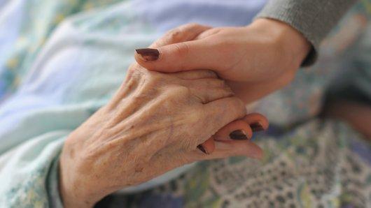 Ein 84-Jähriger tötete seine demenzkranke Frau - aus Liebe.