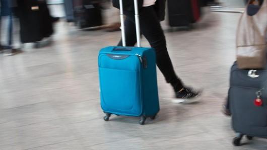 Nur mit Handgepäck:Light- oder Basic-Tarife auf Langstrecken lohnen meist nur, wenn zusätzlich kein Koffer aufgegeben wird.