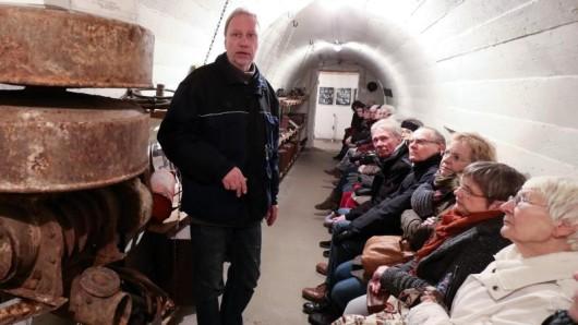 Gunnar Wulf, Leiter des Stadtteilarchivs in Hamburg-Hamm, mit einer Besuchergruppe im Hamburger Bunkermuseum.
