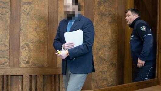 Angeklagter Constantin S. bei der Auftaktverhandlung zum Mord an der Betreiberin des Cafe Vivo im Innenhafen vor dem Landgericht Duisburg.