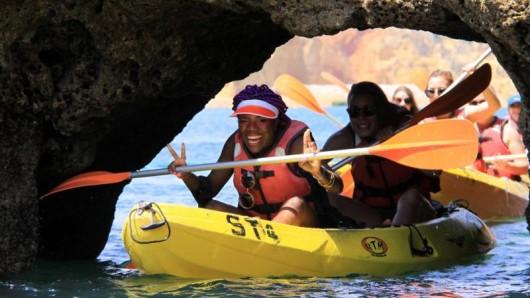 Yolanda Tati auf einem Kajakausflug an der Ponta da Piedade - hinten ihre Freundin Diana.