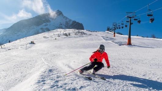 Bei blauem Himmel und Sonne kostet der Skipass in manchen Skigebieten mehr Geld als an Schlechtwetter-Tagen.