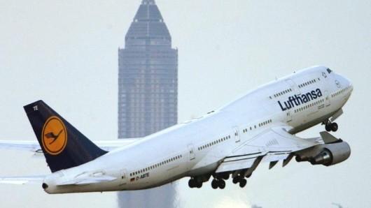 Vor 50 Jahren hob sich erstmals eine Boeing 747 in die Luft. Schnell wurde die Königin der Lüfte dann zum dominierenden Passagierflugzeug der Welt. Auch bei Lufthansa veränderte der Jumbo das Geschäft radikal.