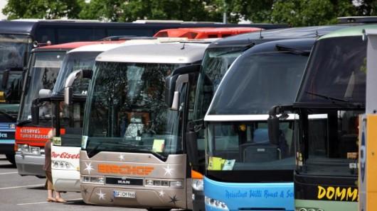 Wer in einem Reisebus mitfährt, kann die Sicherheit erhöhen. Etwa indem er sich anschnallt und seine Gepäckstücke aus dem Mittelweg räumt.