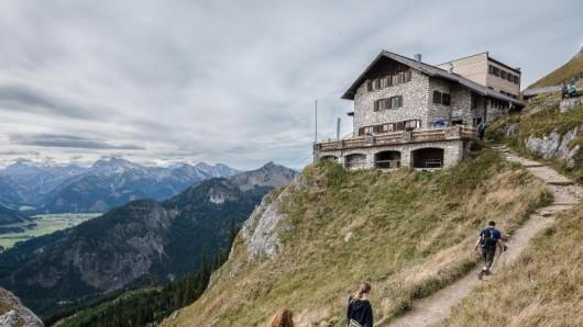 Wanderer sollten sich nicht darauf verlassen, dass sie Smartphone oder Kamera auf der Berghütte wieder aufladen können. Denn einige sind nicht ans öffentliche Stromnetz angeschlossen.