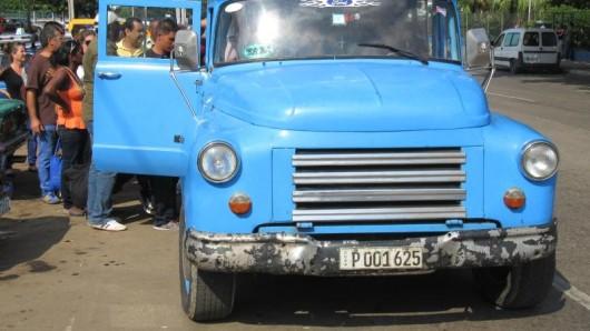 Anstehen am Straßenrand: Viele Kubaner nutzen Sammeltaxis. Die halten an, sofern noch Plätze frei sind.
