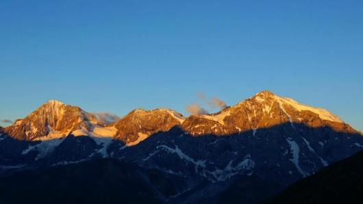 Sonnenaufgang über dem 3905 Meter hohen Ortler in Südtirol - ein neuer Höhenweg führt ab Juni rund um das gewaltige Bergmassiv.