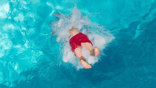 In Velbert wurde die Polizei am Sonntag zu einem Einsatz in einem Schwimmbad gerufen. (Symbolfoto)