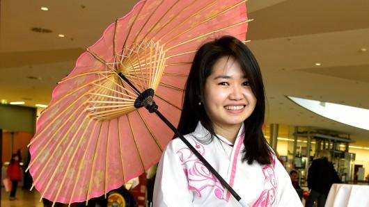 Chinesisches Frühlingsfest in der Mercatorhalle: die Studentin Hong Anh Le aus Bochum mit einem Kostüm aus der Han Dynastie. Duisburg will mit einer Video-Serie jetzt Werbung in China machen.