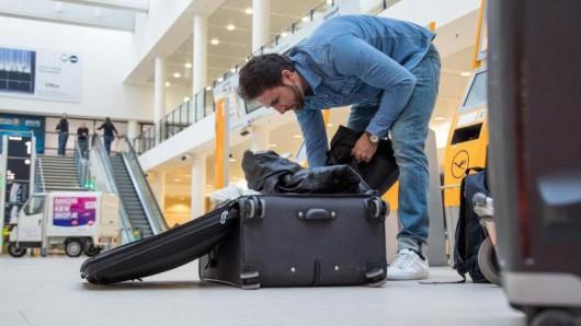Erst am Flughafen Gepäck aufzugeben, wird in der Regel teuer - und zwingt so manchen Urlauber zum Umpacken.