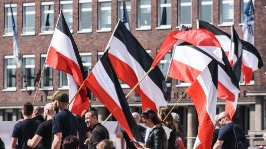 """Anhänger der Partei """"Die Rechte"""" demonstrieren auf dem Portsmouthplatz am Samstag den 07. April 2018 in Duisburg."""