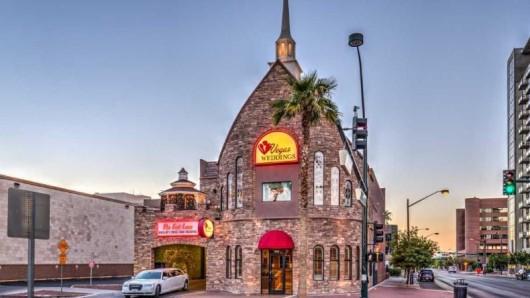 Die Kapelle von Vegas Weddings wurde extra als Hochzeitskapelle gebaut. Das Gebäude hat zwei Kapellen und auch eine Durchfahrt für Hochzeiten im Auto.
