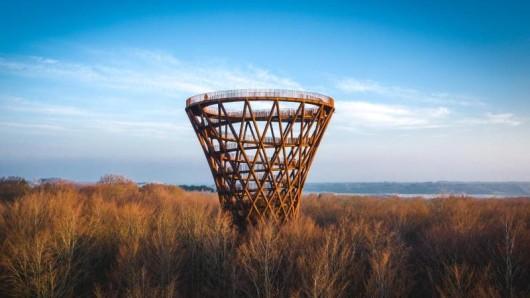 Weithin sichtbar erhebt sich der neue Aussichtsturm in Seeland mit 360-Grad-Blick.