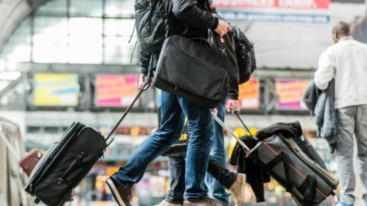 Reisende mit Gepäck am Hauptbahnhof in Hamburg - jeder darf in der Bahn mitnehmen, was er tragen kann.