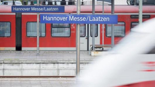Wegen der Erneuerung einer Bahnbrücke weichen viele Regional- und ICE-Züge vom Hauptbahnhof auf den Bahnhof Hannover Messe/Laatzen aus.