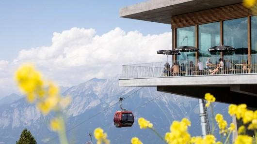 Auch am Patscherkofel bei Innsbruck gibt es Genuss in der Gondel. An drei Tagen in der Woche kann man Frühstück buchen, und jeweils donnerstags ein Fünf-Gänge-Dinner.