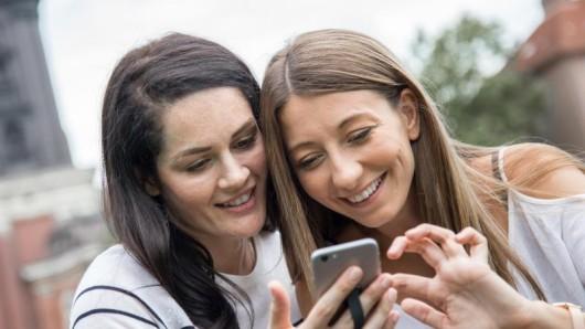 Das Smartphone gehört auf Reisen für die meisten Menschen heute mit dazu - und entsprechende Apps können unterwegs wertvolle Hilfen sein.