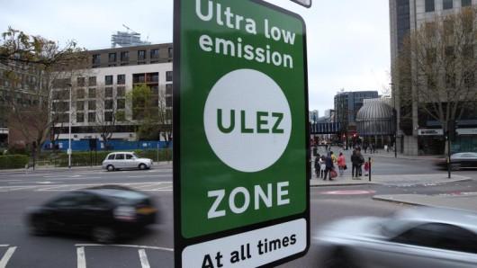 Grüne Schilder weisen in London auf die Ultra Low Emission Zone hin.