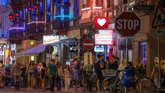 Partyvolk auf den Straßen: Bahnhofsviertelnacht in Frankfurt. Auch im Rotlichtviertel gibt es angesagte Läden.