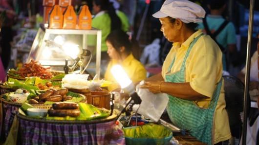 Streetfood gibt es in Bangkok an vielen Ecken. Oft findet man die Stände vor Supermärkten, 7-Elevens oder Tempeln.