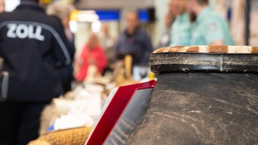 Ein vom Zoll beschlagnahmter Elefantenfuß liegt am Flughafen Nürnberg im Rahmen einer Präsentation vom Zoll und Bundesamt für Naturschutz (BfN) zu unerlaubten Urlaubssouvenirs auf einem Tisch.