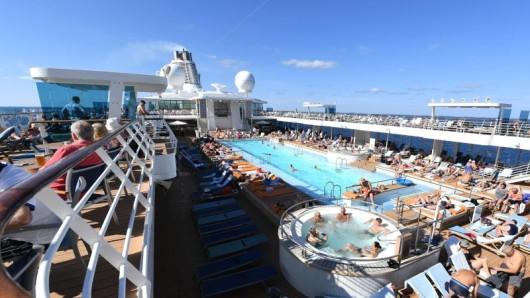 Die Zahl der Kreuzfahrturlauber ist weltweit erneut gewachsen - hier die Mein Schiff 3 auf dem Mittelmeer bei Alexandria.