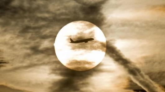 Flugzeug am Himmel - Flugreisen sind besonders klimaschädlich.
