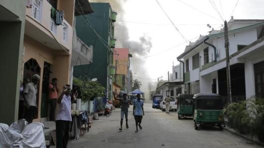 Nach den Anschlägen auf Luxushotels und Kirchen am Ostersonntag bleibt die Lage auf Sri Lanka angespannt. Urlauber sollten daher öffentliche Plätze meiden.
