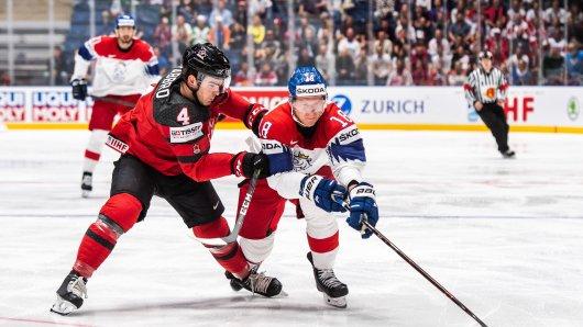 Kanada - Tschechien bei der Eishockey WM 2019 im Live-Ticker: Hier gibt's alle Infos! Dante Fabbro (Kanada) und Ondrej Palat (Tschechien) im Duell.