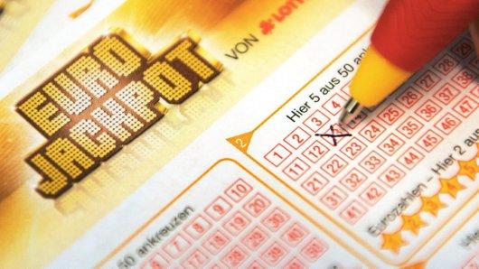 Um den Eurojackpot zu knacken, muss auf dem Tippzettel an sieben Stellen das Kreuz richtig gesetzt werden. Foto: Fabian Sommer/dpa
