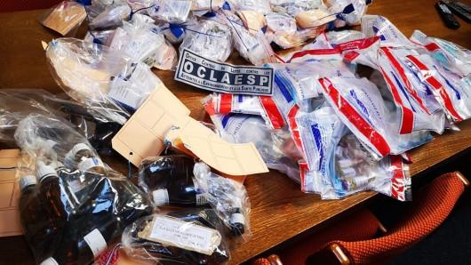 Ermittler in Frankreich zeigen ihre Sicherstellungen bei der Razzia gegen Doping.