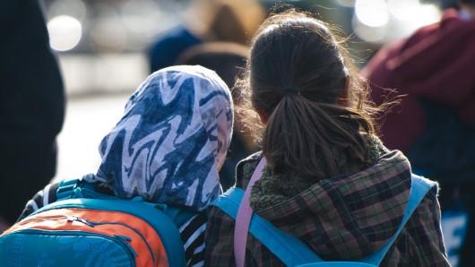 Die Sommerferien starten: für einige Mädchen ist das der Beginn einer ungewissen Reise, die nicht selten in Zwangsheirat endet.