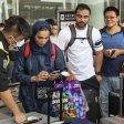 Sicherheitsbeamte überprüft die Bordkarten von Passagieren in Hongkong, bevor diese in das Flughafen-Terminal gelassen werden.