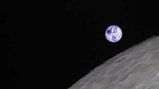 Reinhard Kühn aus Schleswig-Holstein half beim Erstellen des ersten Fotos einer Sonnenfinsternis aus dem Weltraum aus der Mondperspektive. Der dunkle Schatten auf der Erde ist die Sonnenfinsternis.