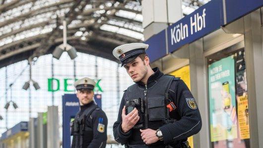 Passanten haben am Kölner Hauptbahnhof in NRW einen Einsatz erschwert. (Symbolfoto)