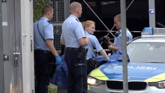 Polizisten sichern Spuren nach dem Doppelmord in der Nähe des Hauptbahnhofs in Iserlohn.